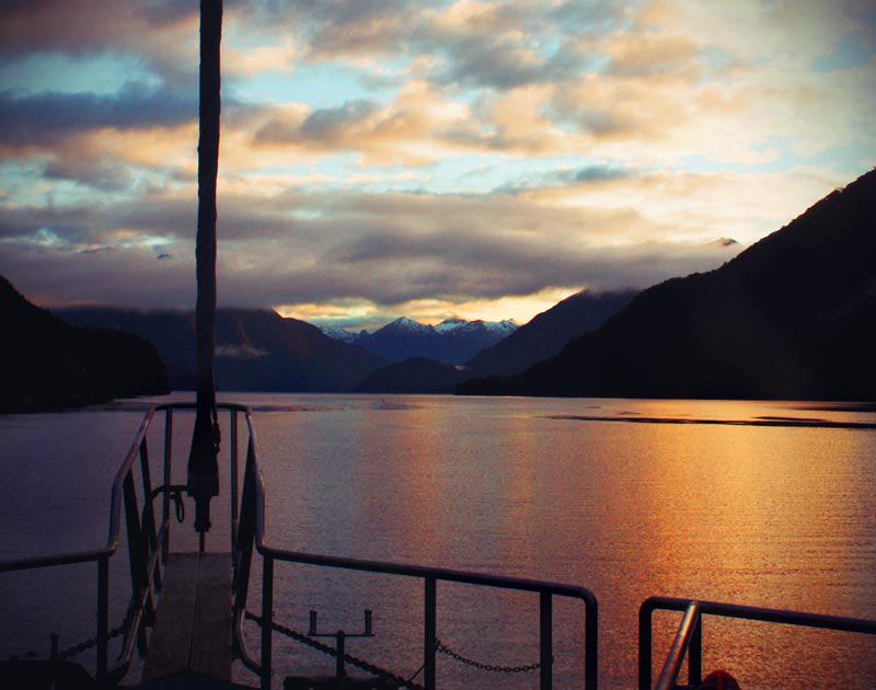 Sonnenaufgang am Doubtful Sound in Neuseeland
