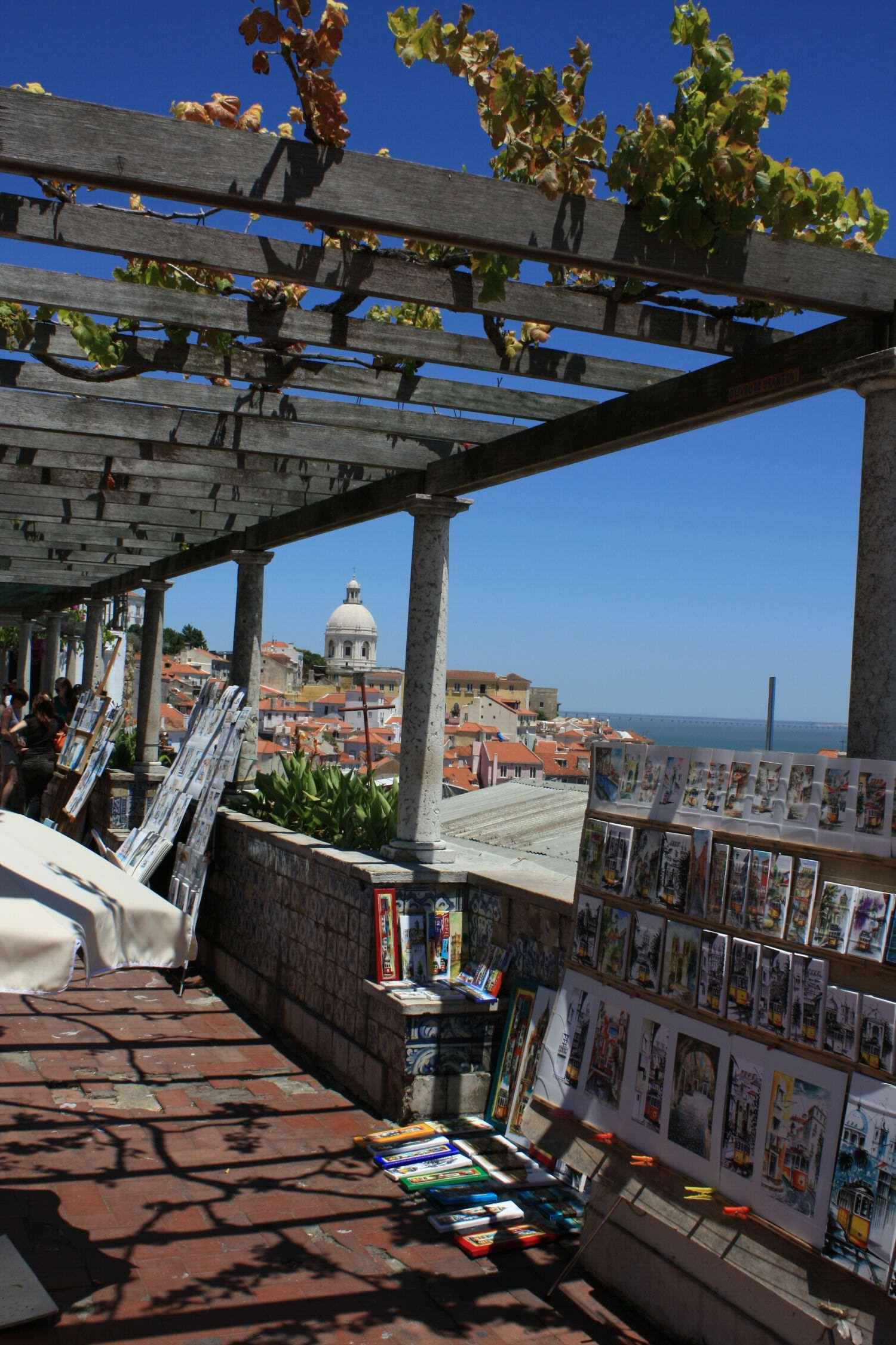 Lissabon Tipps: Miradouro de Santa Luzia Blick auf das Meer von der Terrasse aus