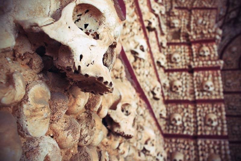 Capela dos Ossos in Faro Portugal mit Totenschädeln und Knochen
