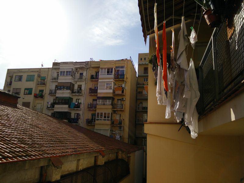 Wäsche hängt vom Balkon in einem Hinterhof