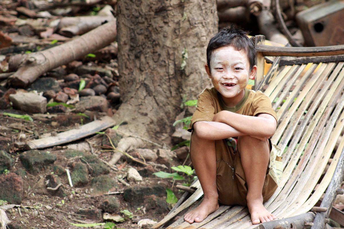 Junge mit Thanaka im Gesicht