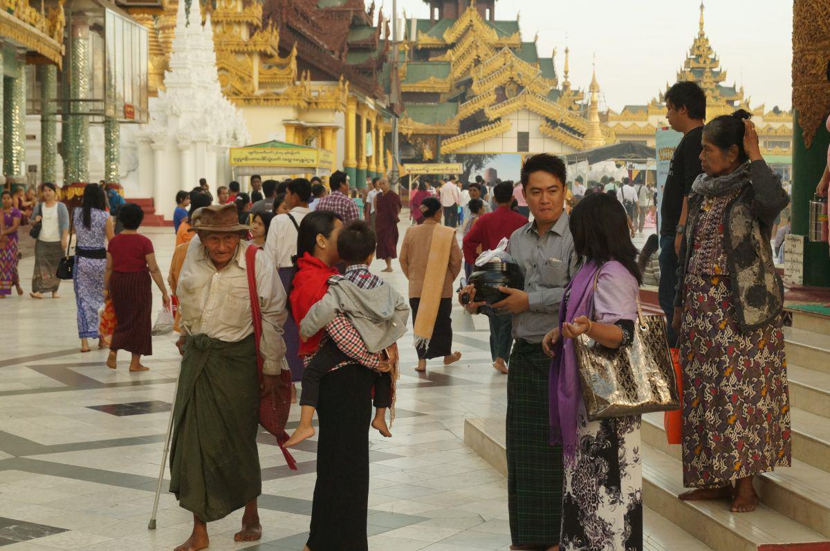 Männer mit Longyi vor der Shwedagon Pagode in Yangon Mayanmar