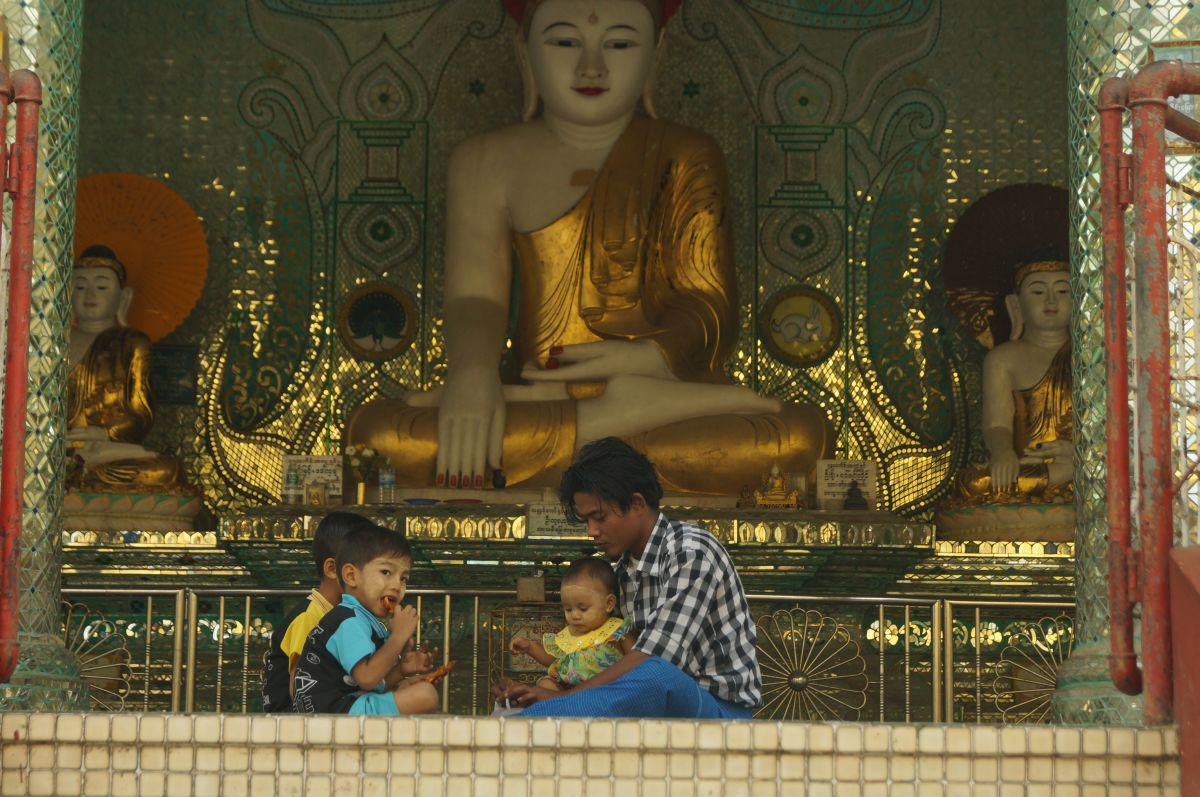 Familie vor Buddha-Statue in Bago Myanmar