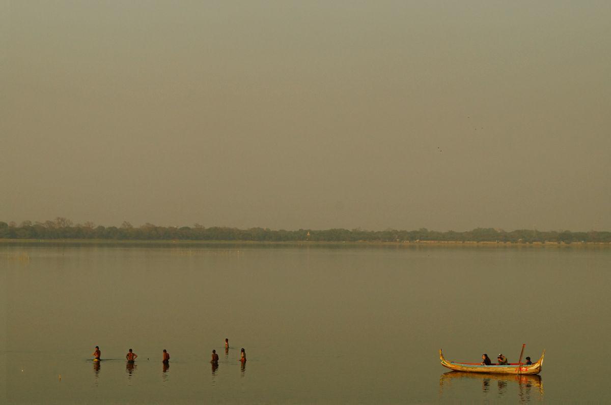 Mönche baden im Taungthaman-See bei der U-Bein Brücke