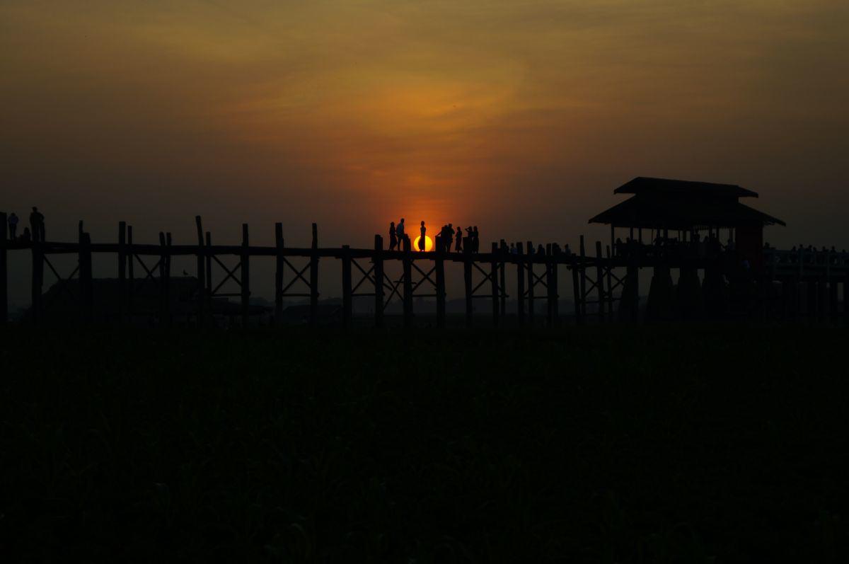 Sonnenuntergang an der U-Bein Brücke in Amarapura bei Mandalay