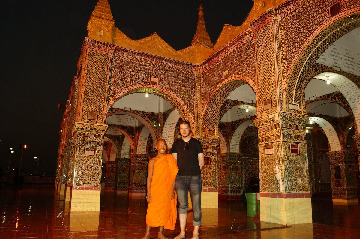 Mönch am Tempel auf dem Mandalay Hill
