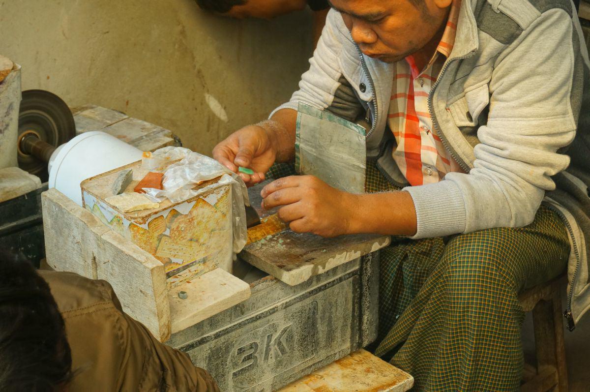 Mann schleift Jade in Mandalay Myanamar