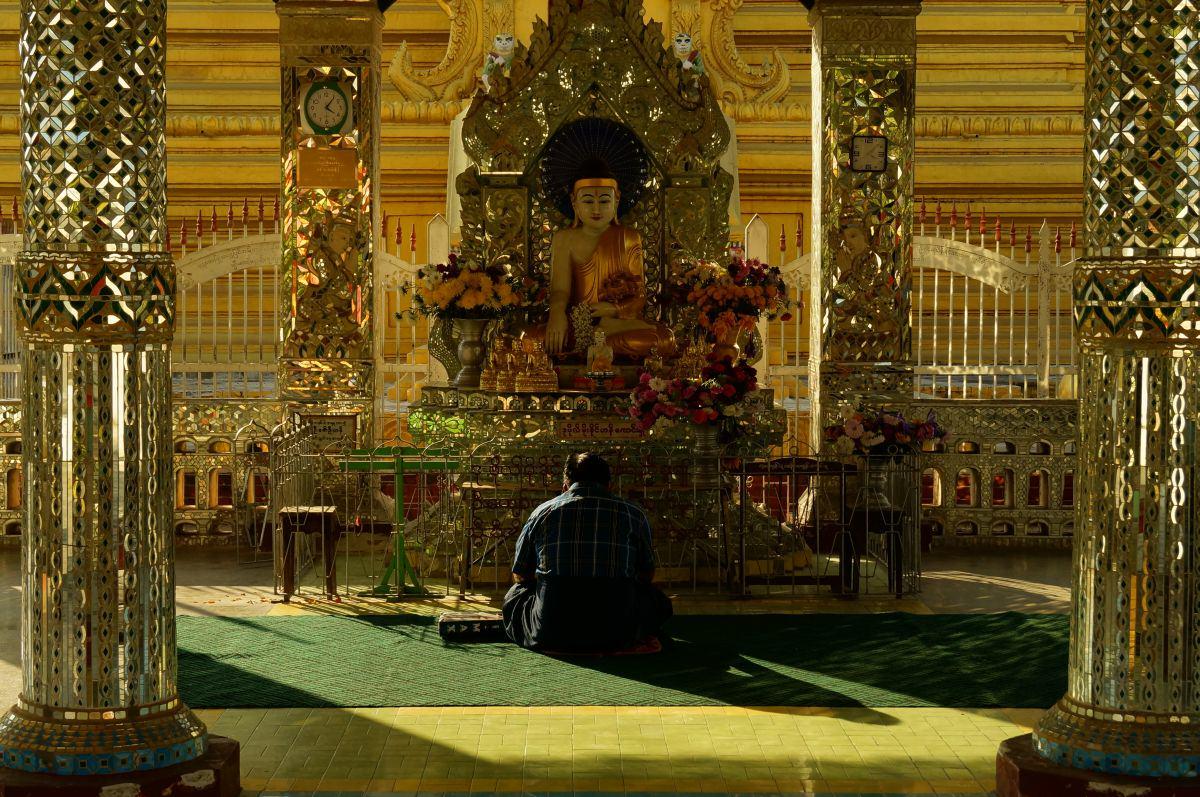 mandalay myanmar kuthadow buddhist betet vor schrein