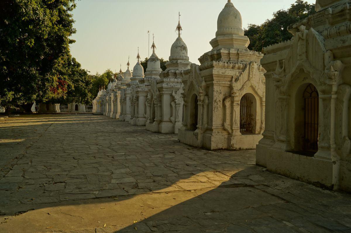 Weiße Pagoden aufgereiht bei der Kuthodaw Pagode in Mandalay
