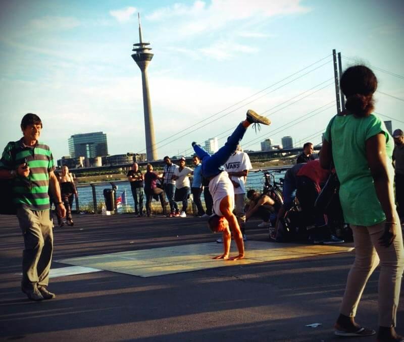 Breakdancer an den Rheintreppen in Düsseldorf