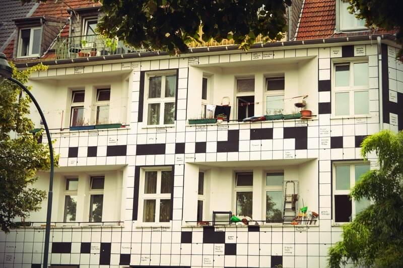 Kiefernstraße Düsseldorf Haus mit Kreutzworträtsel