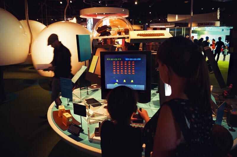 Kind spielt space invaders im ACMI in Melbourne