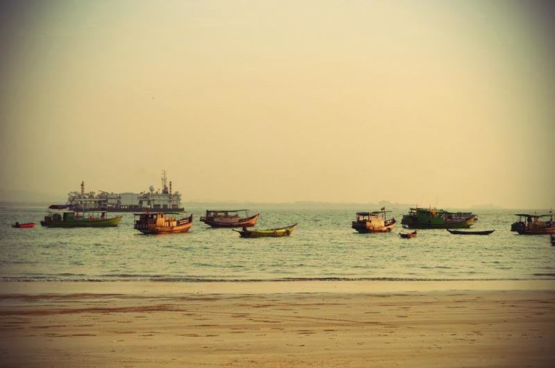 ngwesaung-Boote-vorm-Strand