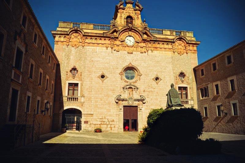 Hof vor der Wallfahrtskirche im Kloster Lluc