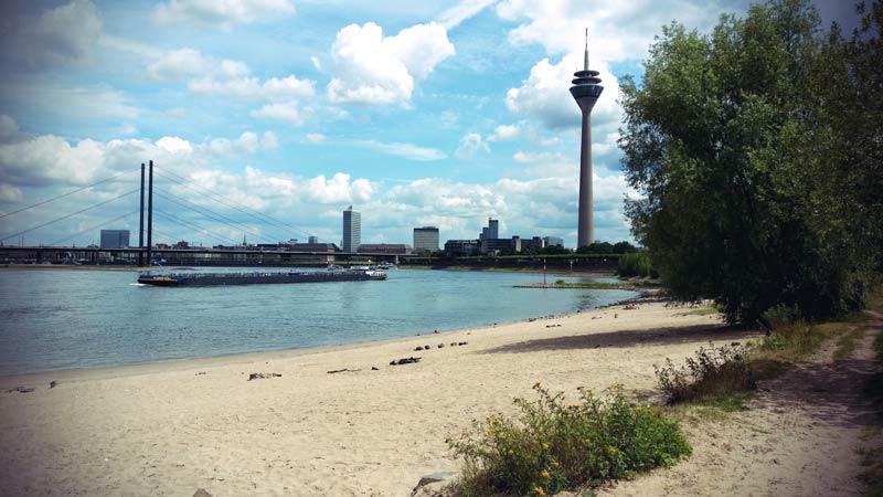 Paradiesstrand Düsseldorf Blick auf Skyline