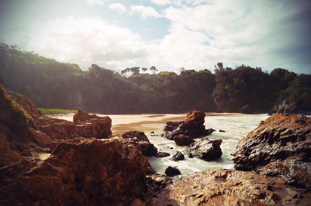Gischt peitscht entlang der Küste von Narooma New South Wales in Australien