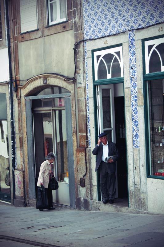 Alte einheimische stehen an einer Straße in Porto