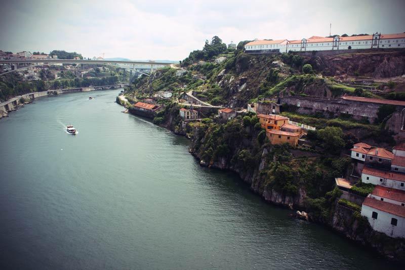Ein Boot fährt entlang des Douro in Porto.