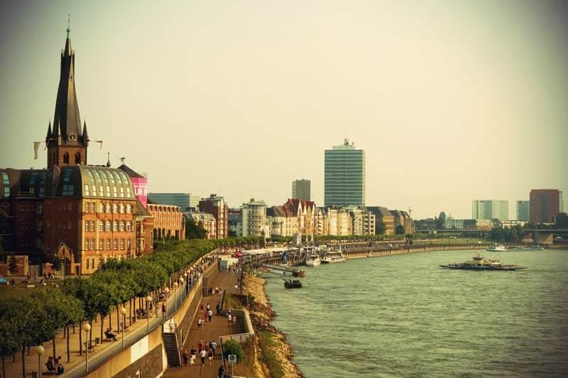 Rheinufer Düsseldorf mit Kasematten