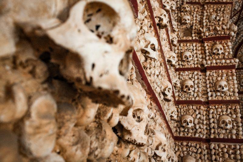 Totenschädel in der Capela dos Ossos