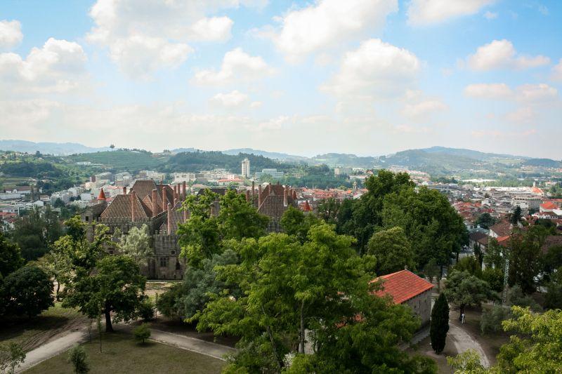 Portugal Sehenswuerdigkeiten Guimares Blick von der Burg