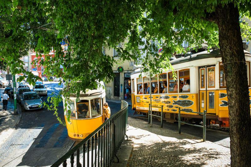 Bahnen der Tram 28 in Lissabon