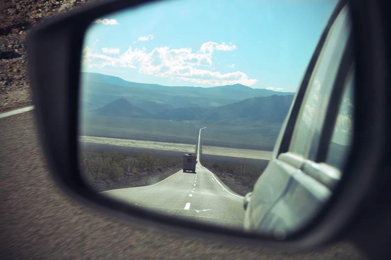 Death Valley Highway durch Blick in Rückspiegel