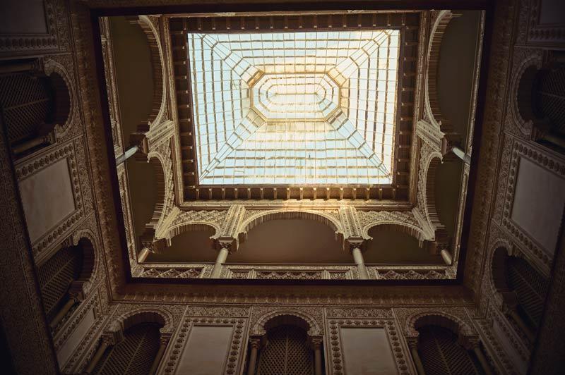 Raum mit Arabischer Architektur im Real Alcazar