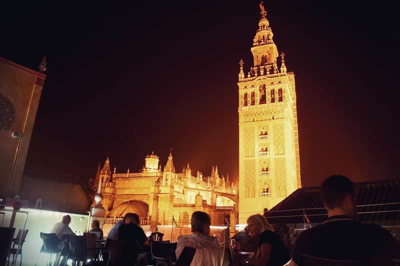 Blick von Dachterrasse des Hotel Dona Maria auf La Giralda bei Nacht