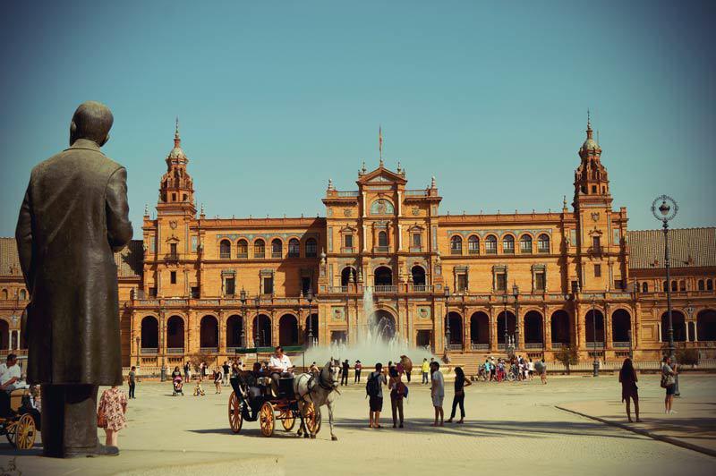 Kutsche fährt über Placa Espana in Sevilla