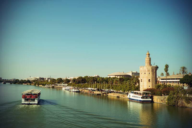 Blick auf Torro del Oro am Fluss
