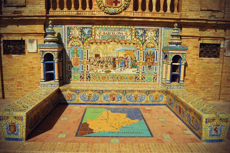 Mit Azulejos verzierte Ornamente am Place Espana in Sevilla