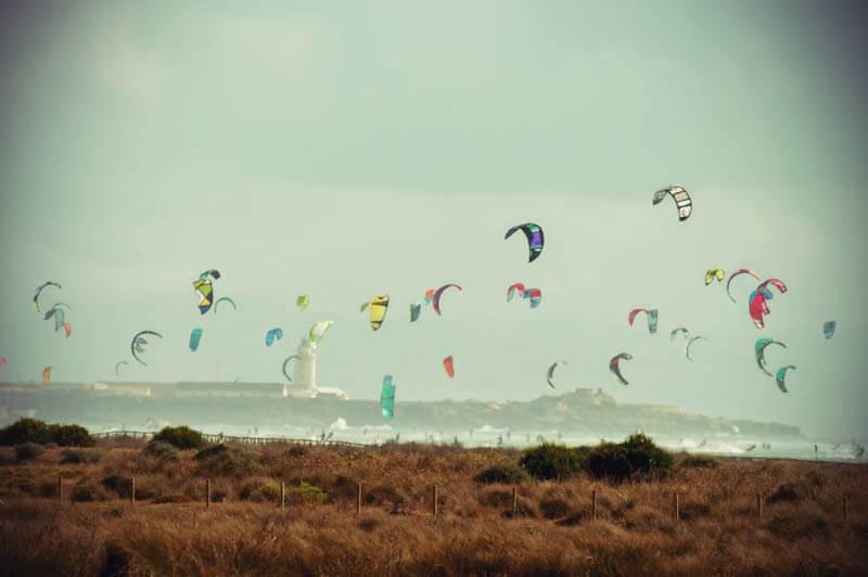 Paraglider entlang der Küste von Andalusien