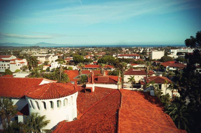 Pacific Coast Highway: Blick über die roten Ziegeldächer von Santa Barbara