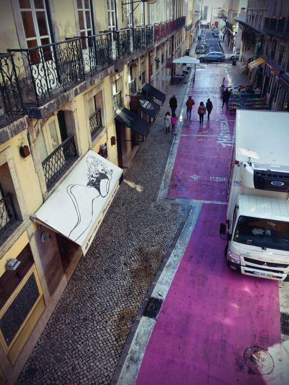 Die pinke Straße in Lissabon