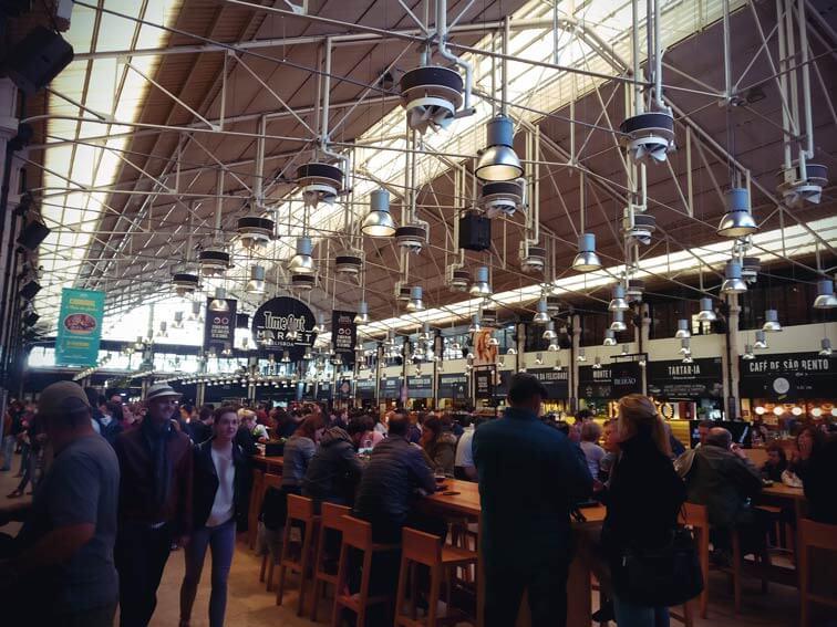 Die Halle des Timeout Markets in Lissabon