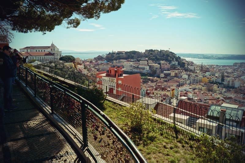 Höchster Aussichtspunkt in Lissabon miradouro de Nossa Senhora do Monte mit Blick über Stadt