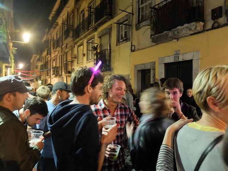 Junge Menschen feiern im Bairro Alto in Lissabon
