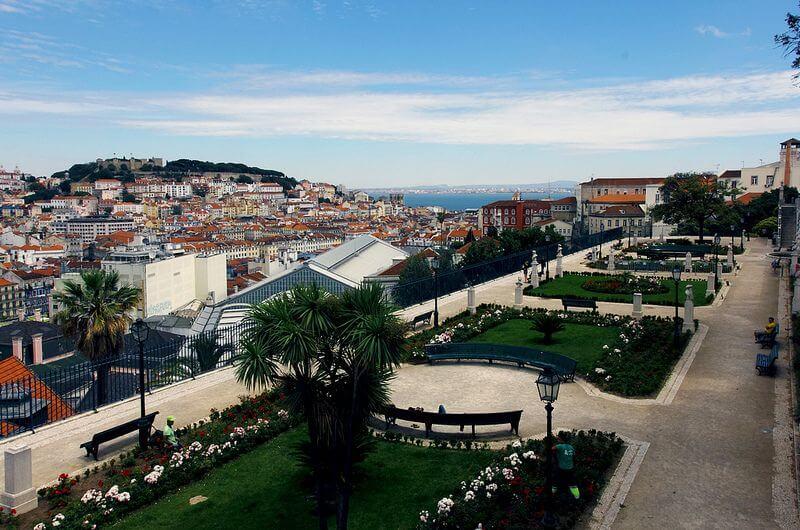 Miradouro de São Pedro de Alcantara mit Blick über Lissabon aufs Meer