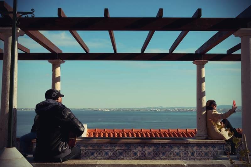 Miradouro de Santa Luzia in Lissabon mit Blick aufs Meer im Winter