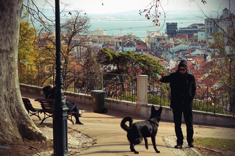 Blick aufs Meer vom Jardim do Torel in Lissabon