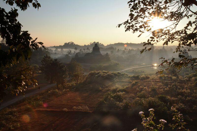 Der Nebel hängt über den Tempeln von Mrauk U in Myanmar.