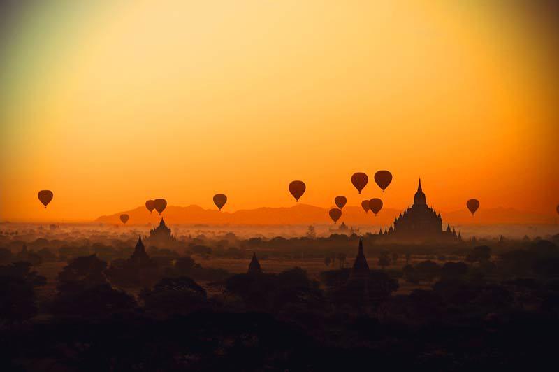 Heißluftballons über Bagan in Myanmar bei Sonnenaufgang