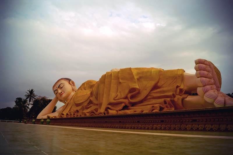 liegender Buddha in Bago (Myanmar) in voller Länge