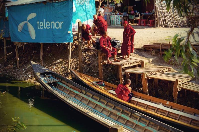 Boote und Mönche in Nyaungshwe am Inle See in Myanmar