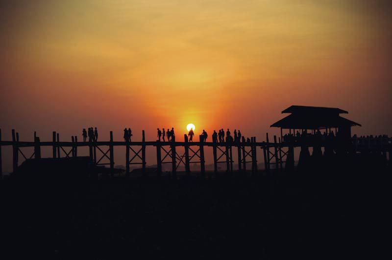 U-Bein Brücke in Myanmar beim Sonnenuntergang