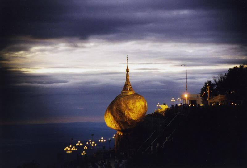 Der goldene Felsen von Myanmar mit hellem Licht bei Nacht angestrahlt
