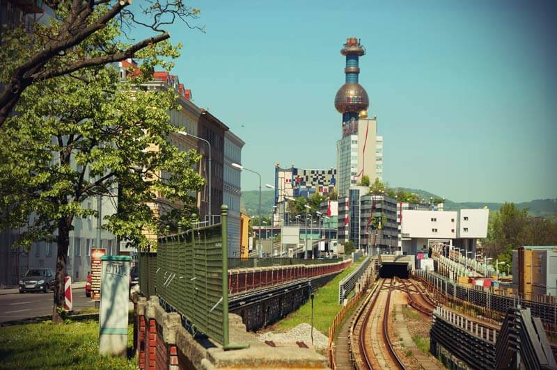 Die von Hundertwasser umgestaltete Müllverbrennungsanlage Spittelau in Wien