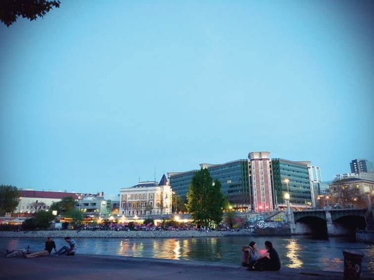 Strandbar Herrmann am Donaukanal bei nacht