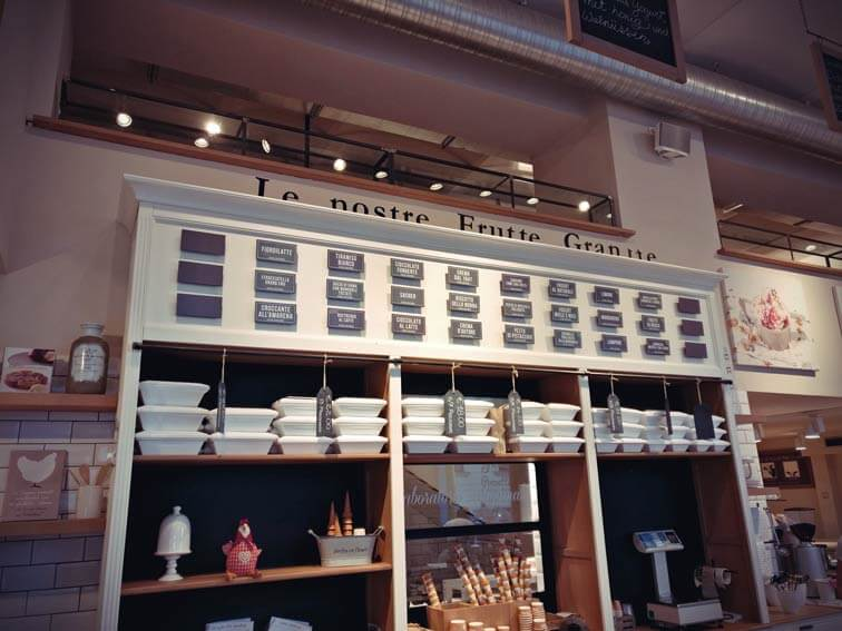 Verschiedene Eissorten im Gelateria la Romana in Wien